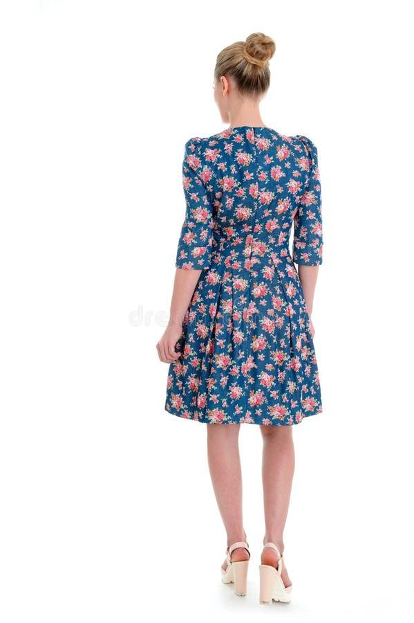 Белокурая красивая женщина с длинными волосами в платье и hig партии темных стоковые изображения
