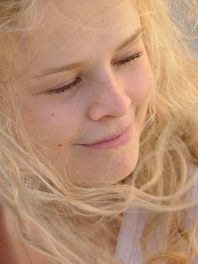 белокурая мечтательная девушка стоковое фото rf