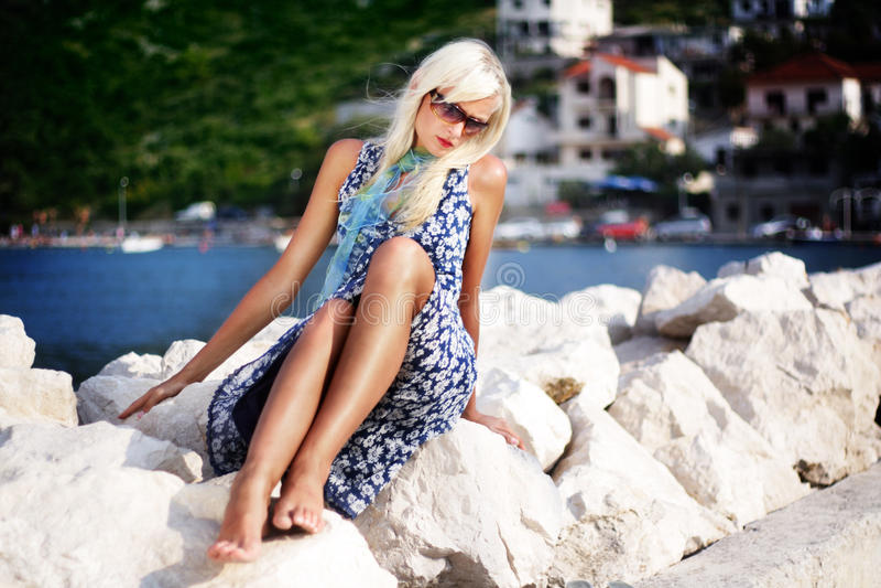 Download белокурая милая женщина стоковое изображение. изображение насчитывающей lifestyle - 18388593