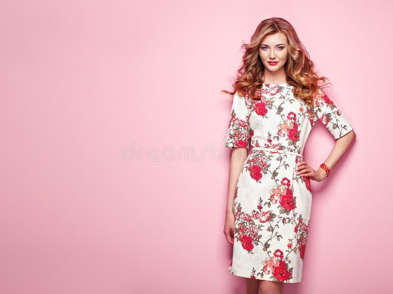 Белокурая молодая женщина в флористическом платье лета весны стоковая фотография rf