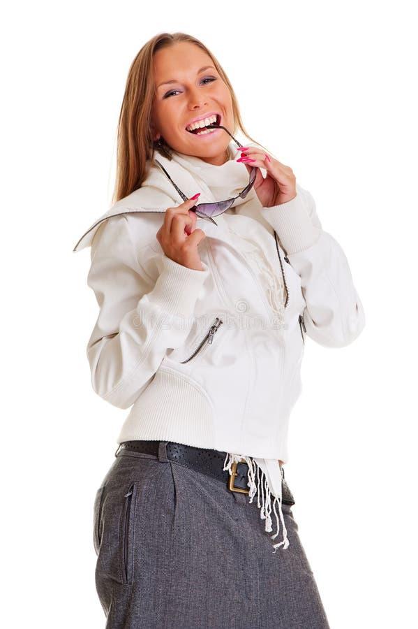 белокурая счастливая белизна портрета куртки стоковая фотография