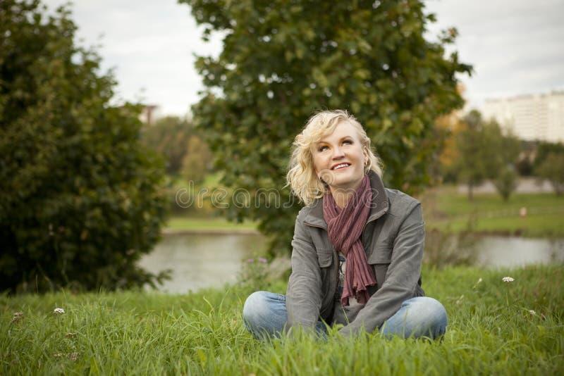 белокурая трава сидит стоковые фото