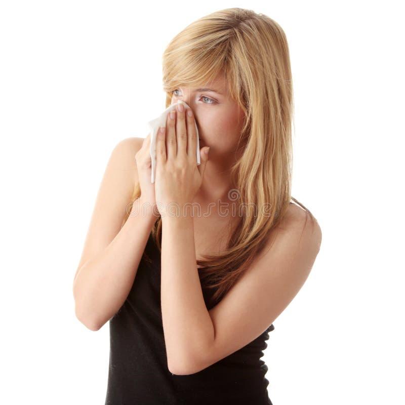 белокурая холодная имеющ детенышей женщины стоковые изображения