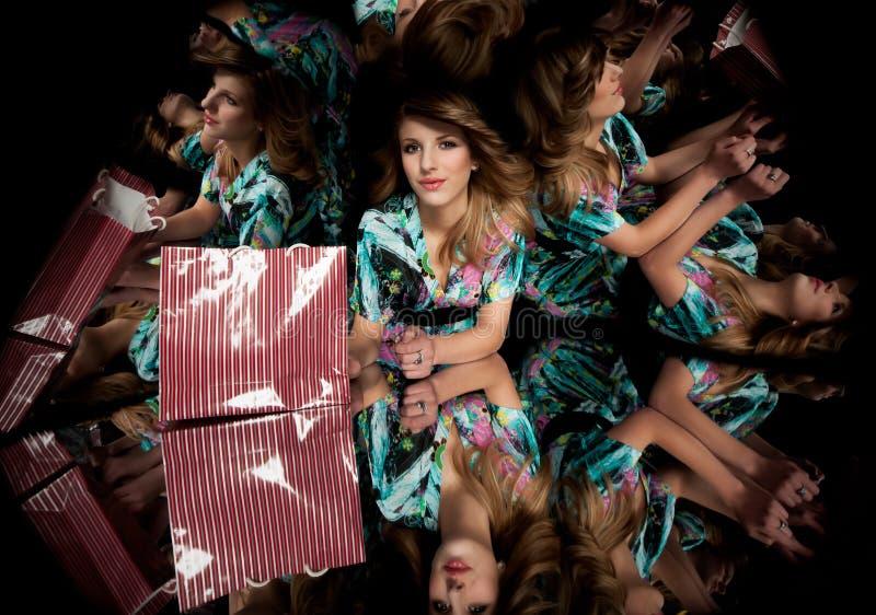 белокурое зеркало kaleidoscope девушки стоковые фото