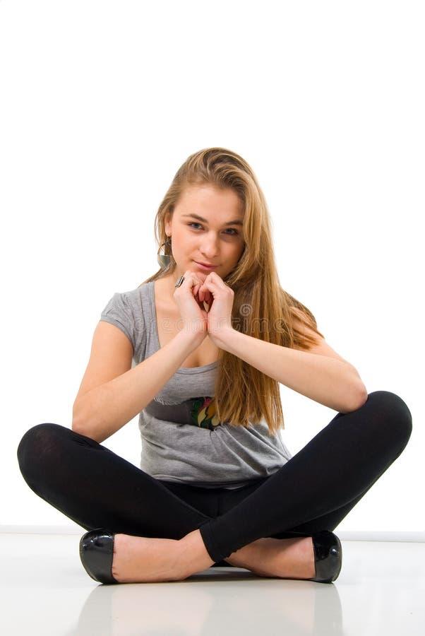 белокурое усаживание девушки способа стоковая фотография rf