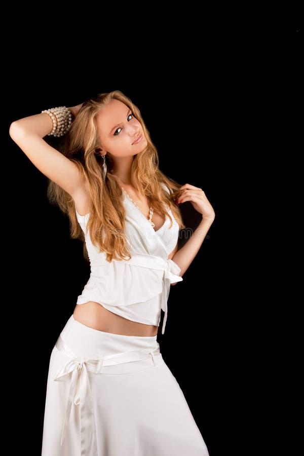 белокурой женщина платья поднятая рукой стоящая белая стоковое изображение rf