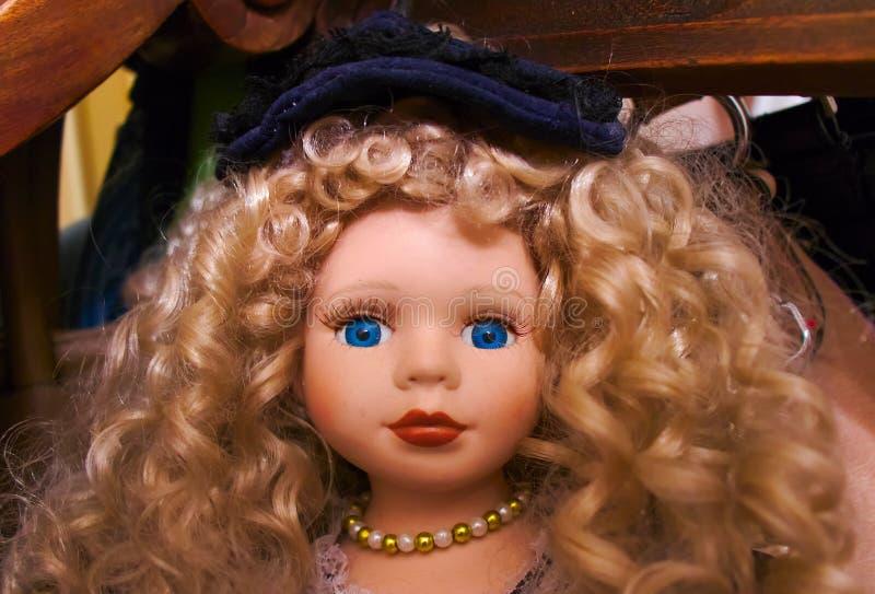Белокурой кукла наблюданная синью стоковое фото rf