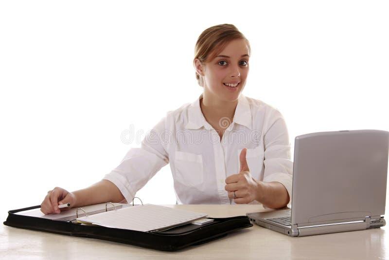 белокурые большие пальцы руки секретарши вверх стоковые фото