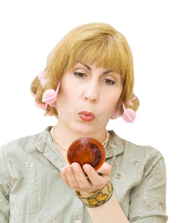 белокурые волосы curlers смотря женщину зеркала стоковое изображение