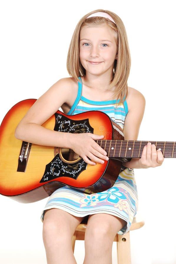 белокурые детеныши гитары девушки стоковое изображение