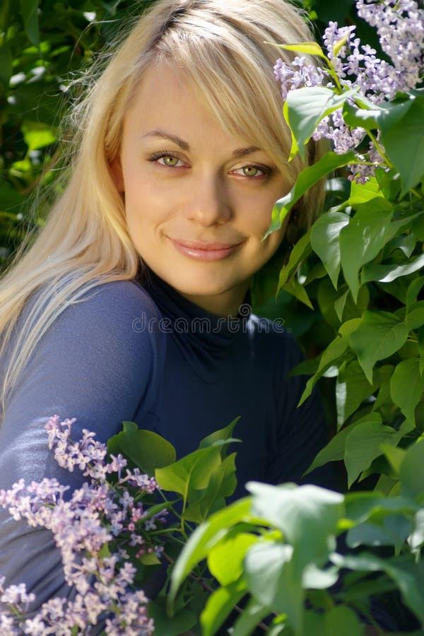 белокурые детеныши женщины стоковые фото