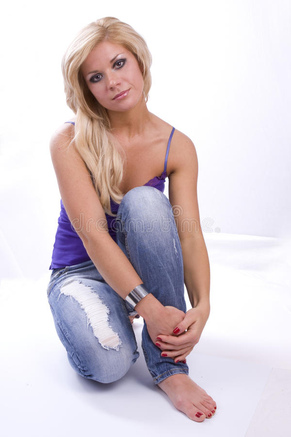белокурые джинсыы глаз делают закоптелую поднимающую вверх женщину стоковые изображения