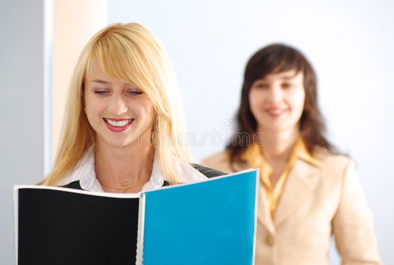 белокурые женщины офиса брюнет стоковое фото