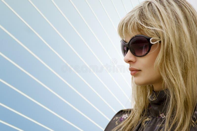 белокурые стекла греют на солнце женщина стоковое изображение rf