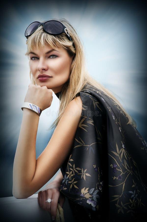 белокурые стекла греют на солнце женщина стоковое фото