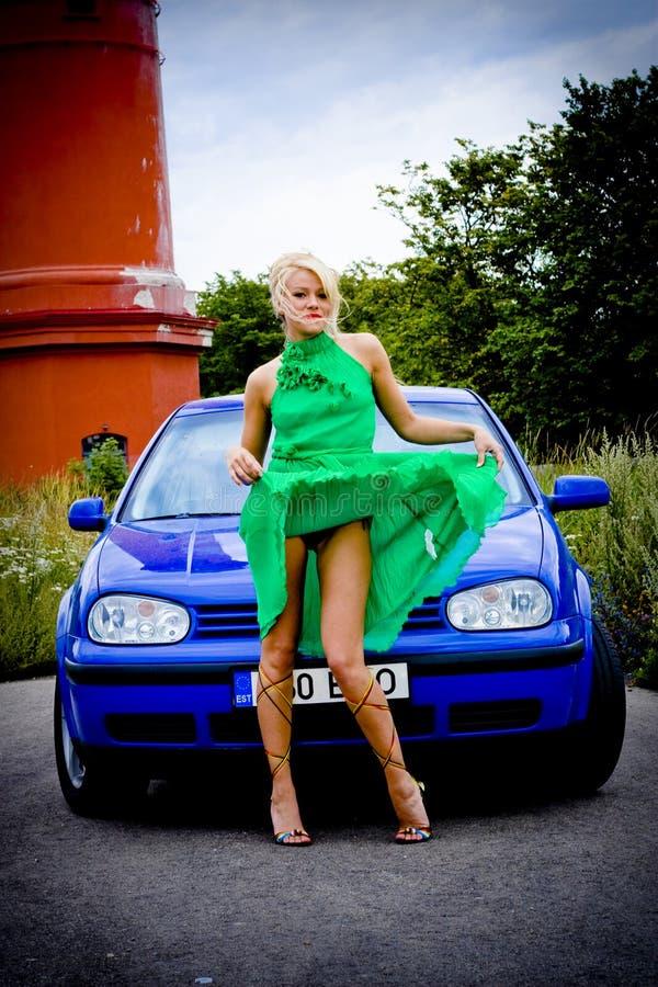 белокурый автомобиль сексуальный стоковое изображение rf