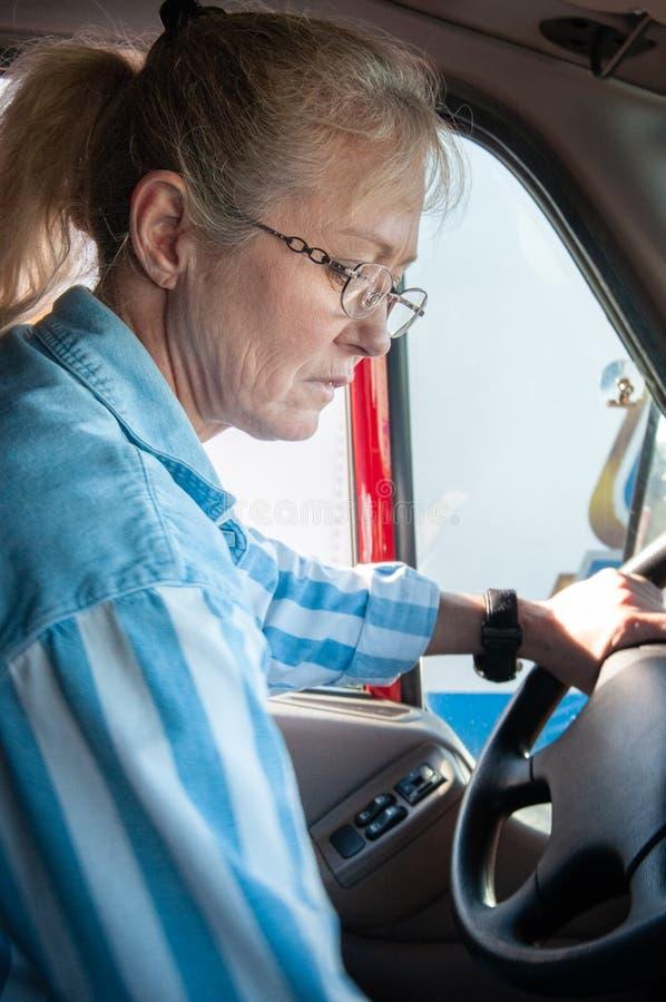Белокурый водитель грузовика женщины внутри кабины стоковые фотографии rf