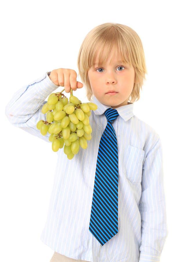 белокурый зеленый цвет виноградин мальчика стоковое изображение