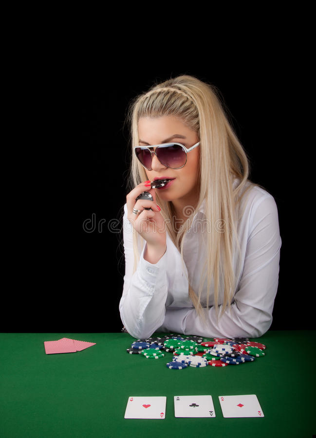 белокурый играя покер сексуальный стоковое фото