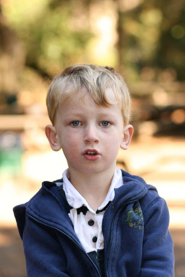 белокурый мальчик снаружи стоковое фото