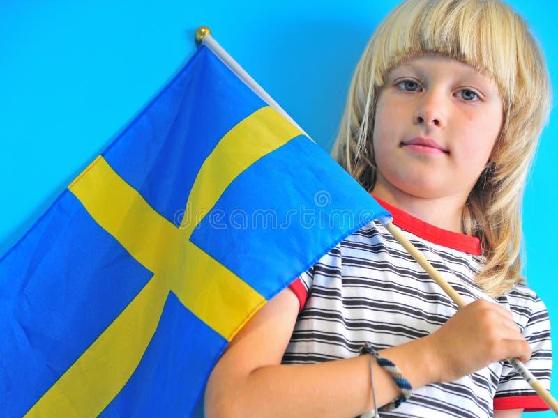 Белокурый мальчик с флагом Швеции стоковая фотография rf
