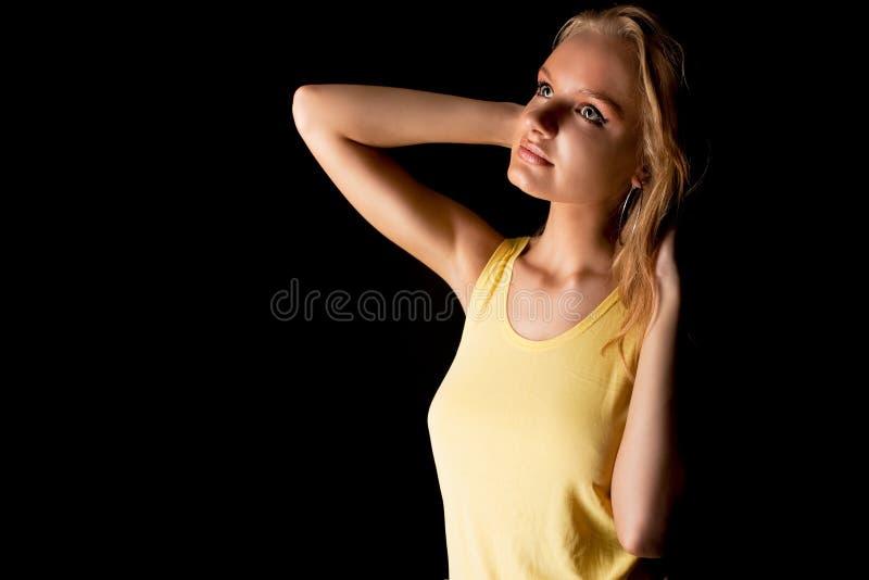 белокурый милый взгляд девушки ослабляя чувственных детенышей стоковое изображение rf