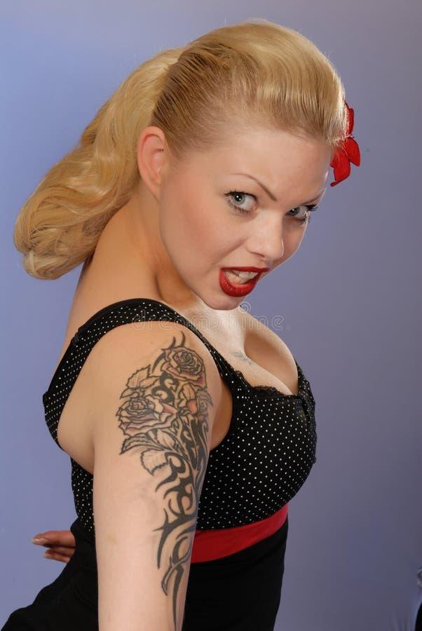 белокурый милый tattoo девушки стоковая фотография rf