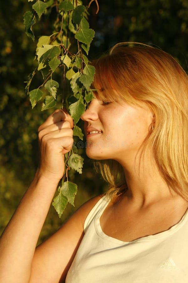 белокурый наслаждаясь солнечний свет девушки вечера стоковое фото rf