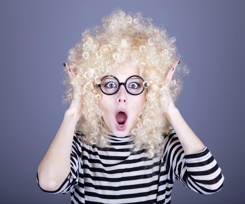 белокурый смешной парик портрета девушки стоковое изображение