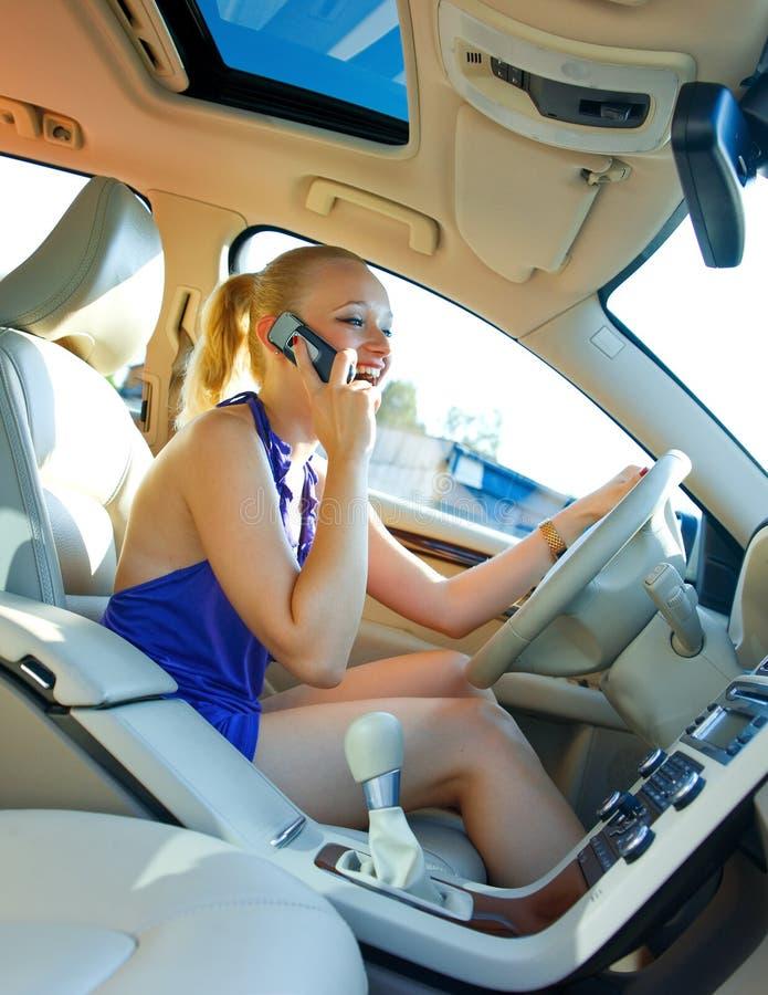 белокурый управляя мобильный телефон говоря к женщине стоковые фото