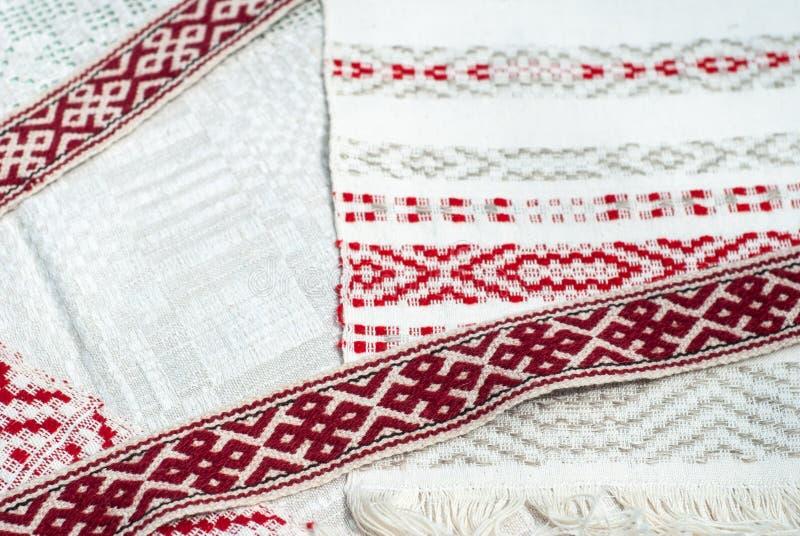 Белорусские полотенца с традиционным орнаментом, вышивкой с красной картиной, взглядом сверху, стоковые изображения
