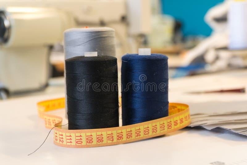 Белошвейки инструмента ножниц сантиметра потоков портняжничать шить магазин стоковое фото rf