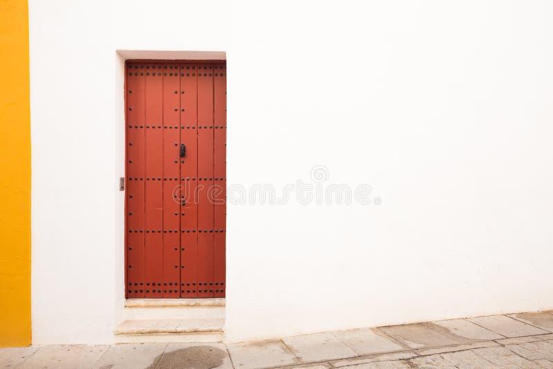 Бело-желтая стена с коричневой дверью в среднеземноморском стиле стоковое изображение