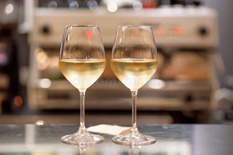 Белые бокалы в баре Датируйте время для 2 людей внутри ресторана или кафа стоковые фото