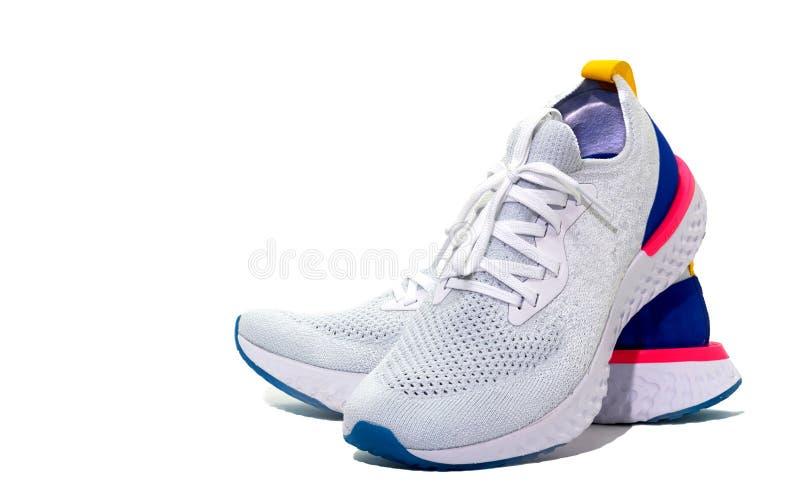 Белые ботинки спорта на белой предпосылке с экземпляром отправляют СМС sp стоковые фотографии rf