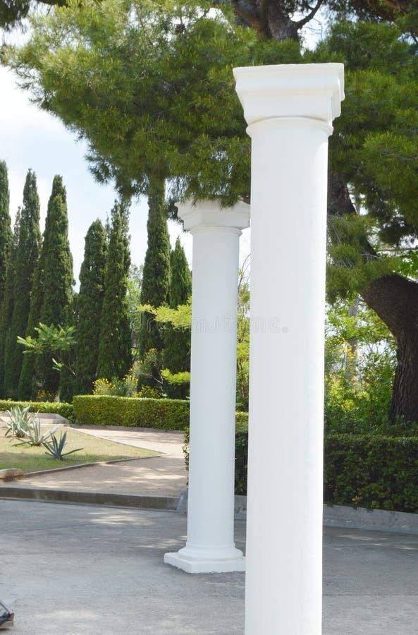 Белые декоративные столбцы в греческом стиле для того чтобы украсить парк стоковое изображение