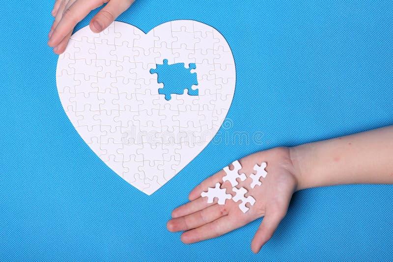 Белые детали головоломки на голубой предпосылке Головоломка pu стоковое изображение