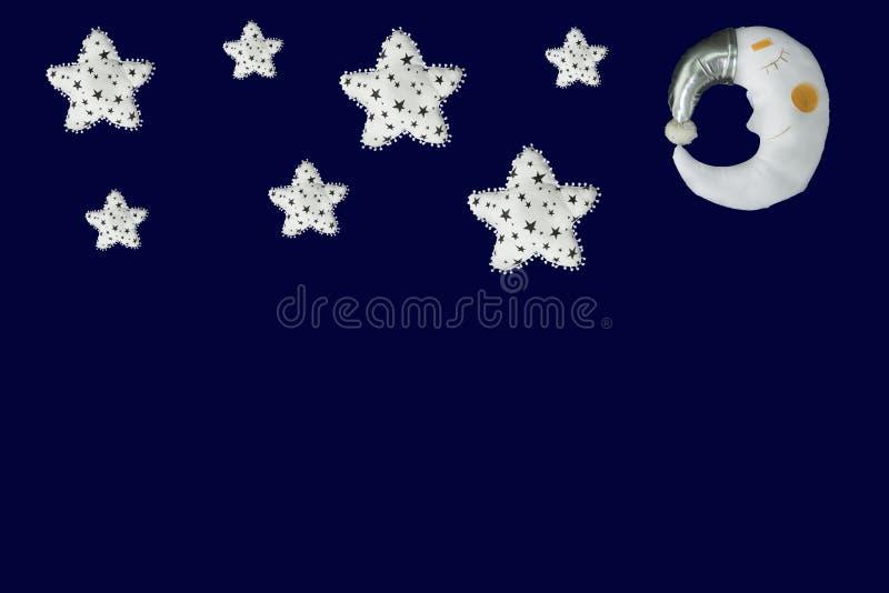 Белые звезды и луна спать в серебряном bonnet на предпосылке сини военно-морского флота стоковое фото