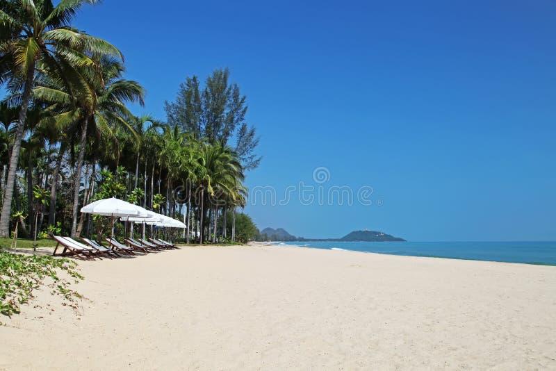 Белые зонтики на пляже стоковая фотография