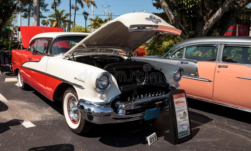 Белые и розовые Coupe 1955 праздника Oldsmobile 98 делюкс на шоу автомобиля 32nd ежегодного депо Неаполь классическом стоковое изображение rf