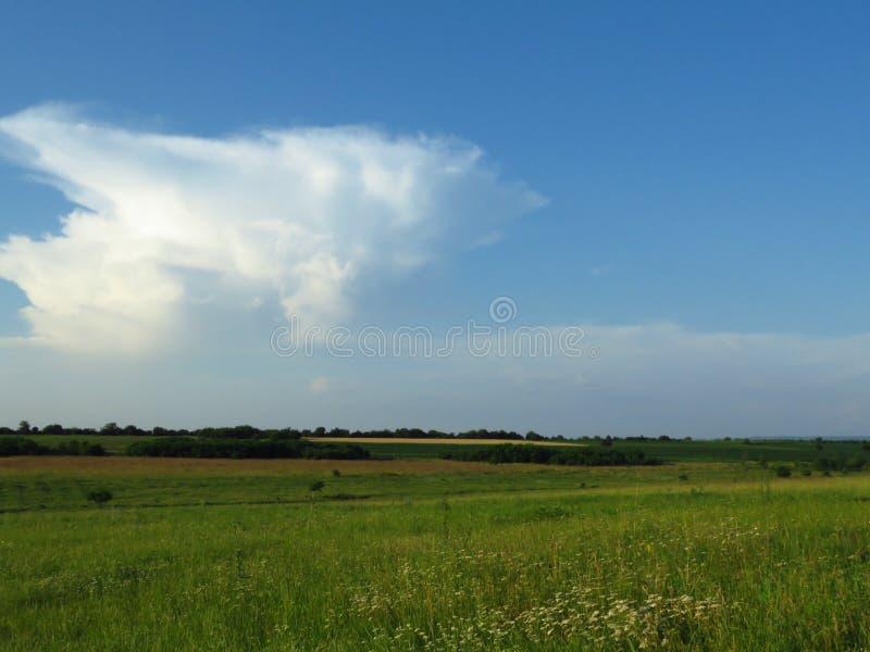 Белые и серые облака в голубом небе Бурный дождливый прогноз погоды стоковое фото