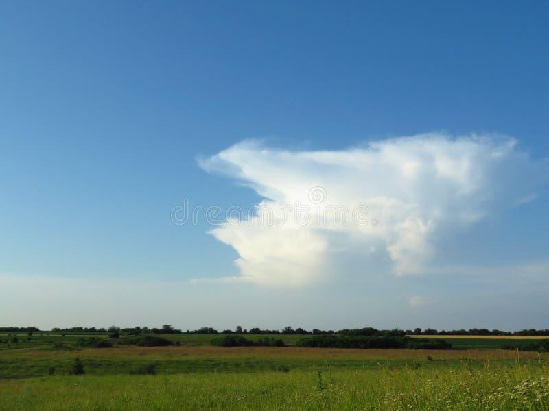 Белые и серые облака в голубом небе Бурный дождливый прогноз погоды стоковые фото