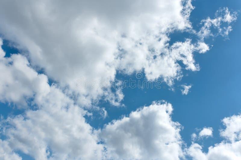 Белые и серые облака на небе стоковое фото