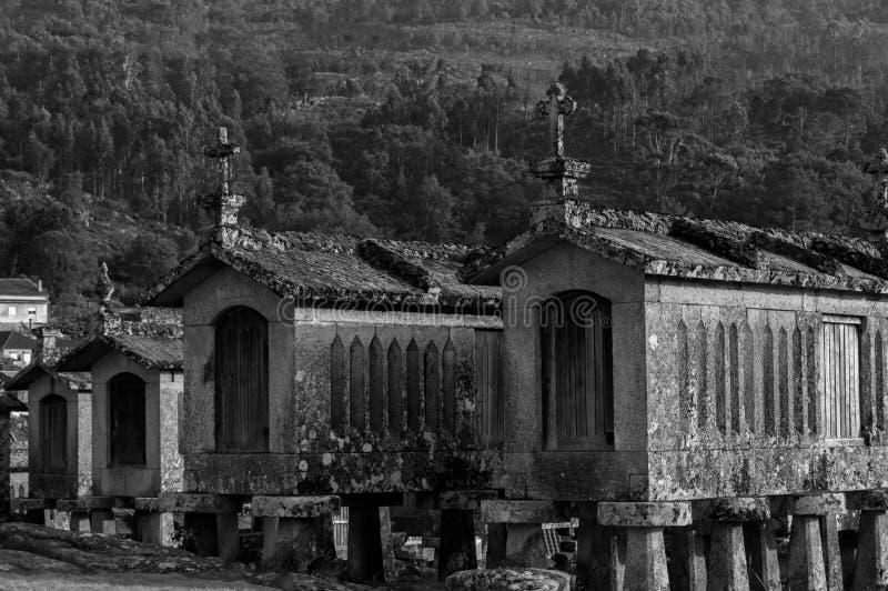 Белые и черные зернохранилища стоковые фотографии rf