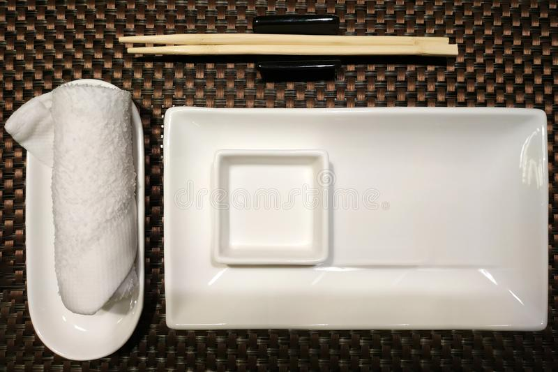 Белые керамические шары и бамбуковые ручки от суш с белым полотенцем стоковые изображения
