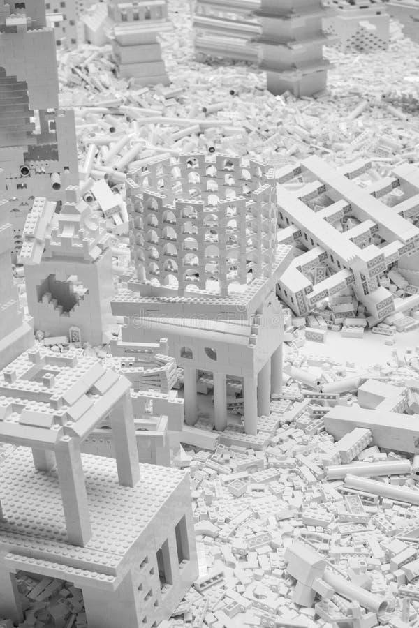 Белые кирпичи Lego в турбине Hall на Tate современном, Лондоне Великобритании Установка вызвана проектом Lego художником Olafur E стоковое фото