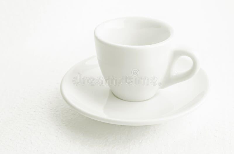 Белые кофейная чашка и поддонник, пустая свободная от кофе кофейная чашка, вид спереди сверху, или черный кофе, на белой предпосы стоковое изображение rf