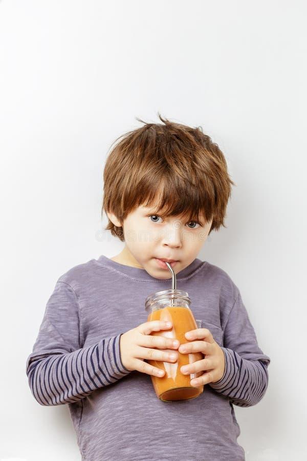 Белые 3 лет smoothie тыквы мальчика выпивая стоковая фотография rf