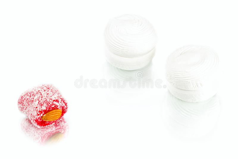 Белые мягкие сладостные зефиры с абрикосом сжимают внутреннее и rakha стоковые изображения