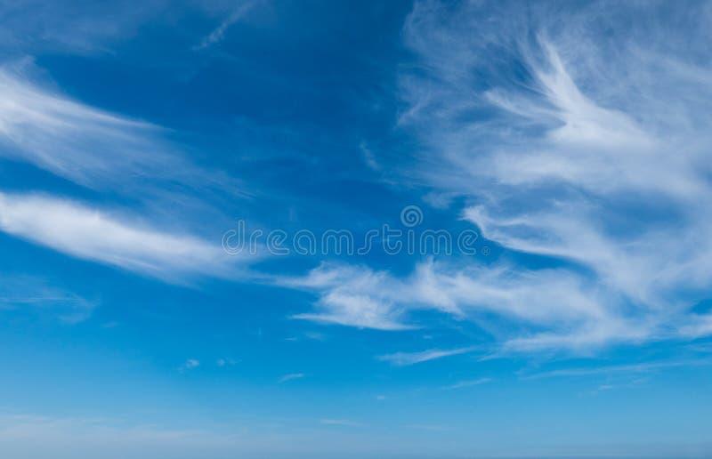 Белые, небольшие облака на голубом небе стоковые изображения rf